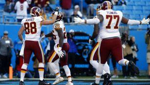 Jugadores de los Redskins festejan una anotación sobre Carolina