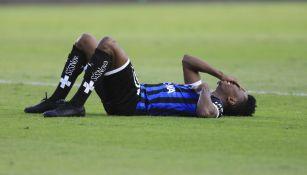 Clifford Aboagye en el partido entre Querétaro y Necaxa