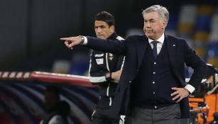 Carlo Ancelotti da indicaciones a los jugadores del Napoli