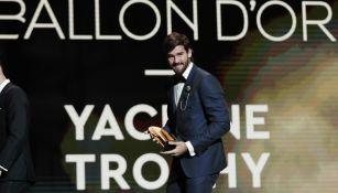 Alisson Becker tras ganar el Trofeo Yashin