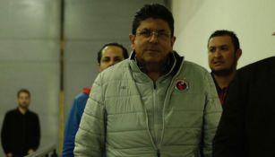 Fidel Kuri arriba al Luis 'Pirata' Fuente para un juego del Veracruz
