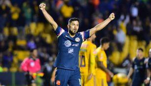 Bruno Valdez festeja en la cancha del Volcán