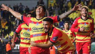 Luis Ángel Mendoza y Lucas Villafañez en festejo de un gol