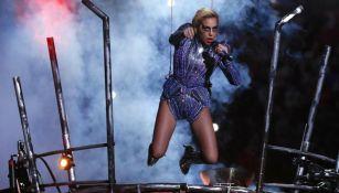 Lady Gaga durante su presentación en el Super Bowl L