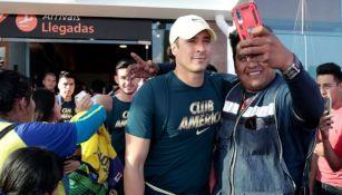 Ochoa se toma una selfie con un aficionado a su llegada a Morelia