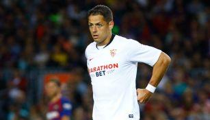 Chicharito en un juego con el Sevilla