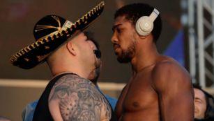 Ruiz Jr. y Joshua encarándose en la ceremonia de pesajes
