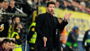 Diego Simeone da indicaciones en un juego del Atlético