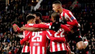 Los del PSV festejan el gol de Steven Bergwijn