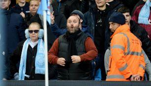 Aficionado realizando gestos racistas a jugadores del Manchester United