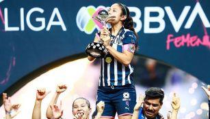 Rebeca Bernal besa el trofeo de la Liga MX Femenil