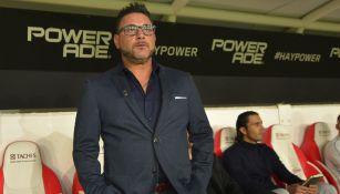 Antonio Mohamed antes del partido ante el Necaxa