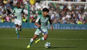 Diego Lainez, en acción con el Betis