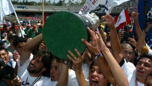 Pumas levantando el primer trofeo de lo que sería el Bicampeonato