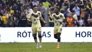 Federico Viñas y Renato Ibarra en el juego ante Morelia