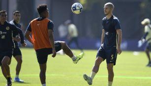 Roger Martínez y Guido Rodríguez durante un entrenamiento