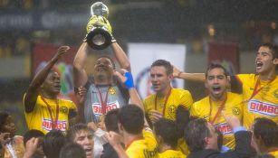 Moisés Muñoz levanta el trofeo tras ganar el Clausura 2013