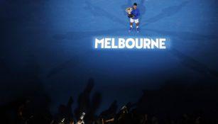 Djokovic presumiendo el trofeo de campeón en Australia