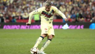 Nico Castillo cobra un penalti contra Rayados