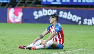 Alan Pulido en lamento durante un partido de Chivas