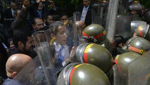 Juan Guaidó trata de ingresar al palacio legislativo venezolano