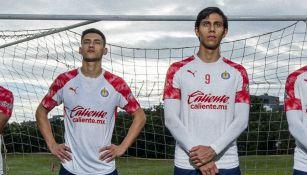 Uriel Antuna y José Juan Macías con la playera de las Chivas