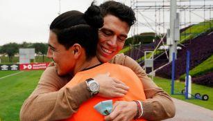 Héctor Moreno en abrazo con Érick Gutiérrez
