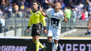 Saucedo festeja su primer gol con Pumas en la Liga MX