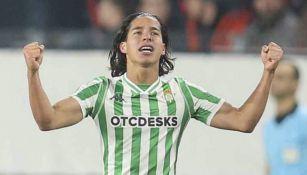 Diego Lainez celebra un gol con el Betis