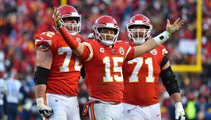 Jugadores de los Chiefs festejan en Arrowhead