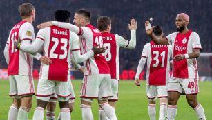 Jugadores del Ajax festejan un gol ante Spakenburg