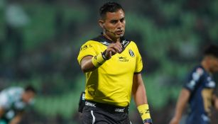 Árbitro del Santos vs Pumas aceptó error