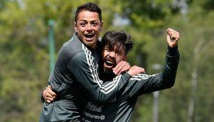 Chicharito y Oribe Peralta se abrazan
