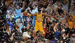 Kobe Bryant celebra un campeonato con los Lakers