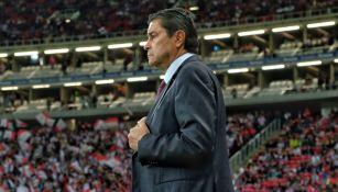 Luis Fernando Tena, pensativo en un juego de Chivas
