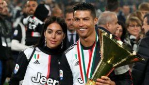 Cristiano Ronaldo y Georgina Rodríguez, sonríen tras conseguir un título en
