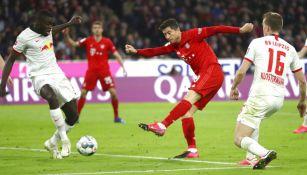 Robert Lewandowski impacta un disparo en el arco del Leipzig