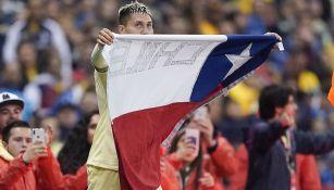 Nicolás Castillo con la bandera de Chile