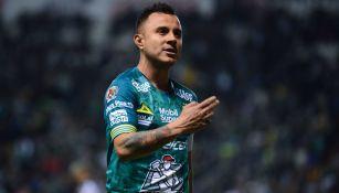 Luis Montes festeja un gol con el León