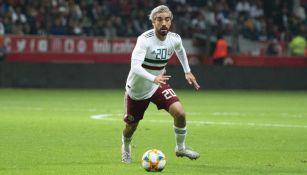 Rodolfo Pizarro durante un partido con México