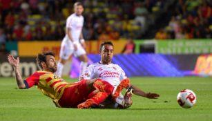 Jorge Valdivia y Omar Mendoza pelean un balón