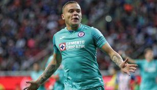 Jonathan Rodríguez festeja un gol con Cruz Azul
