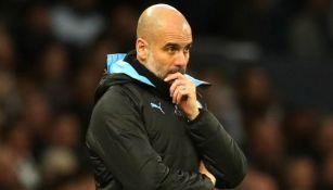 Pep Guardiola, pensativo en un juego del Man City