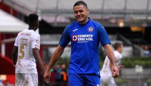 Pablo Aguilar lamenta una acción en un duelo de Cruz Azul