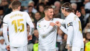Hazard festeja con Sergio Ramos