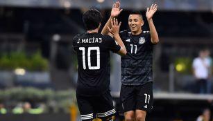 Macías celebra una anotación en el Estadio Azteca