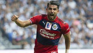 Miguel Ponce festeja una anotación con Chivas