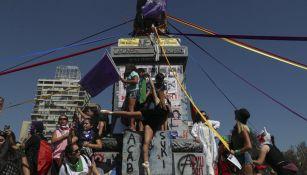 Mujeres manifestándose en la estatua La Moneda, en Santiago, Chile