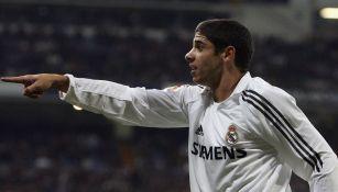 Cicinho durante un partido con el Real Madrid