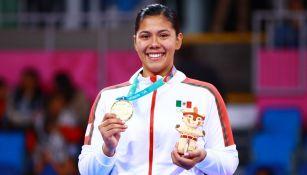 Briseida Acosta con su medalla en Juegos Panamericanos